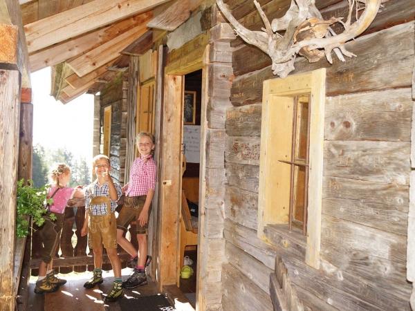 Kinder vor der Tröbacheralm Hütte