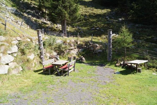 Tröbacheralm Hütte - Gartentisch und Griller